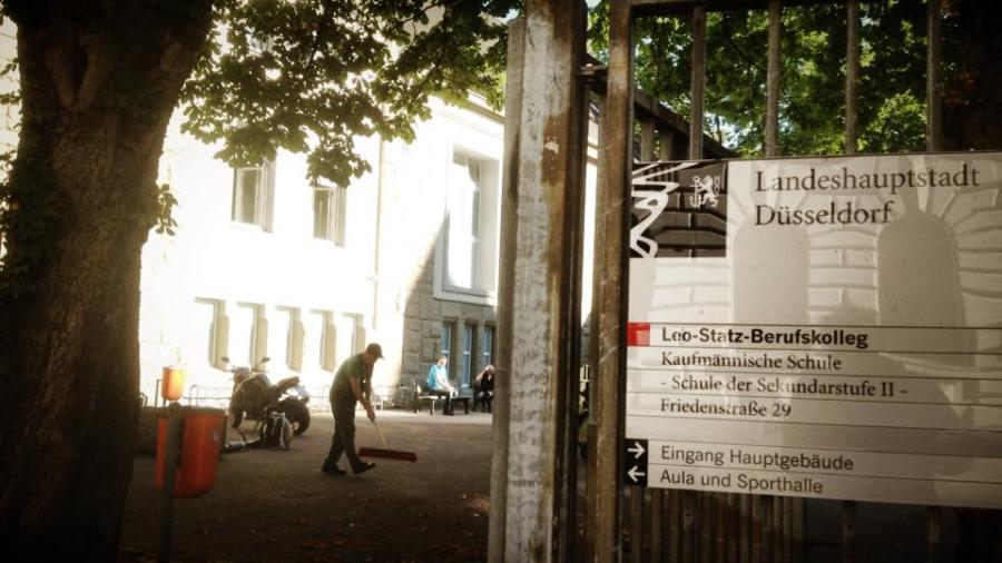 Flüchtlingsbetreuung in der Turnhalle der Leo-Statz-Kollegschule