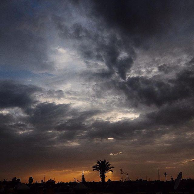 Die Abendsonne genießen wir heute mal von einer Dachterrasse in Marrakesh – gibt hier auch schöne Sonnenuntergänge :-)