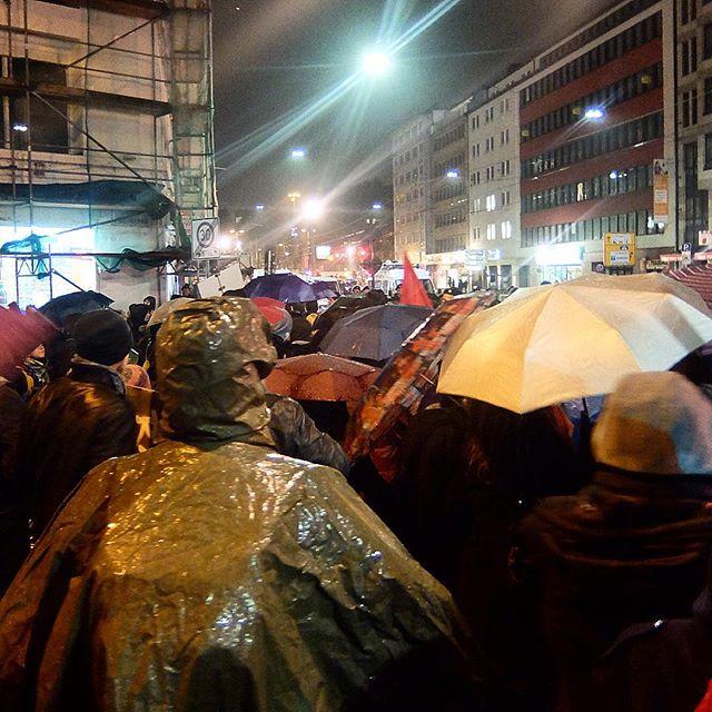Lautstarker und friedlicher Protest an allen Seitenstraßen und immer dicht dran.