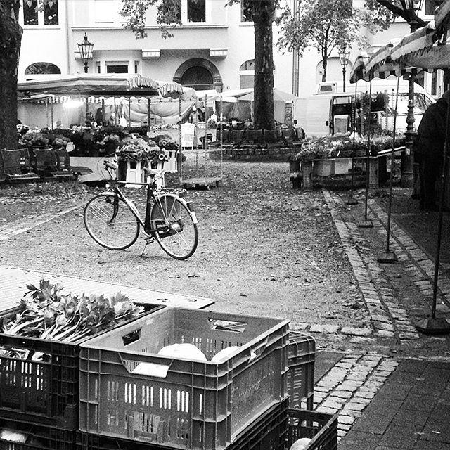Bauernmarkt mit Herbstdekorationen.