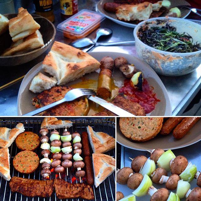 Es gibt es schöneres als nach dem gemeinsamen Essen nach Waldbrand zu riechen? :-) Vegetarischer Grillabend auf'm Balkon - mit ein wenig Lagerfeuerromantik... Lasst es euch gut gehen :-)