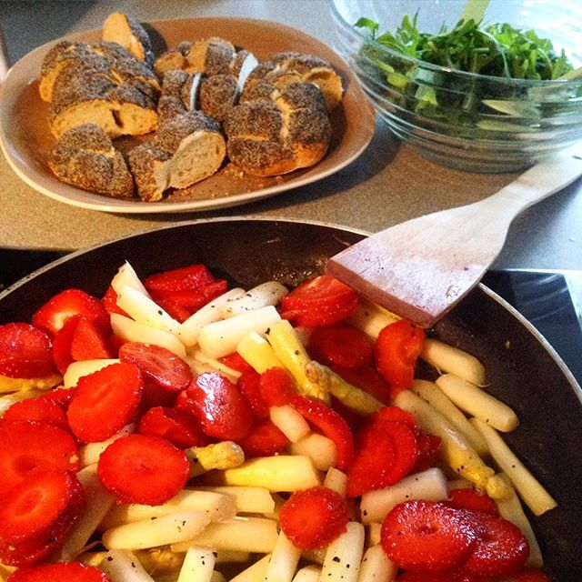 Leckere Variante – warmer Spargelsalat mit Ruccula und Erdbeeren :-)