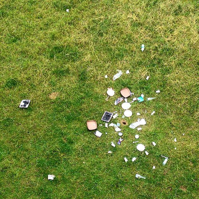 Ich versteh es wohl einfach nur nicht - aber man war wohl nach dem Picknick so geschwächt, das man den eigenen Müll nicht mehr tragen konnte...