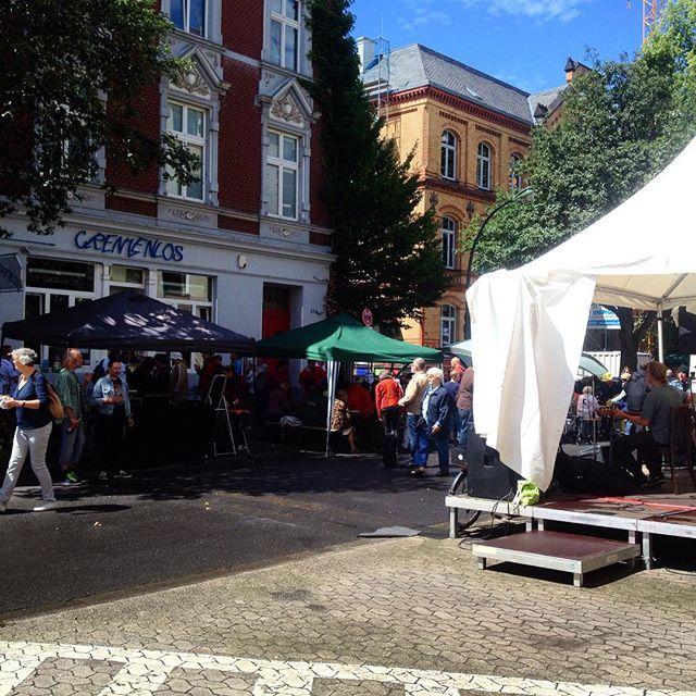 """Straßenfest am Cafe Grenzenlos auf der Kronprinzenstraße - Zitat nach dem Schauer """"Is nur ein wenig Sommerregen"""" :-)"""