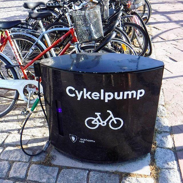 Damit es besser rollt! Eine charmante Idee :-) Das #Fahrrad ist auch in Stockholm ein beliebtes Fortbewegungsmittel - und es gibt an neuralgischen Stellen in und um die Innenstadt (Anleger der Fähre zum Beispiel) diese praktischen, festinstallierten Luftpumpen... #urban
