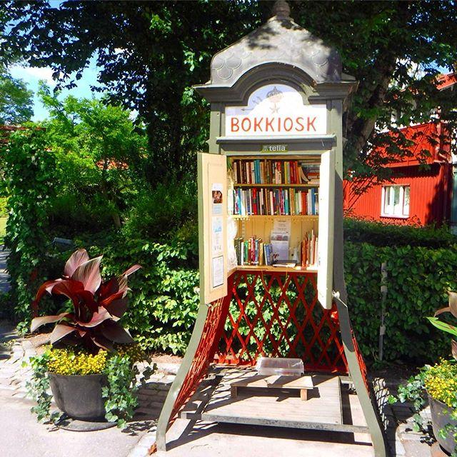 Hab übrigens einen sehr schönen Bücherschrank in Sigtuna (Schweden) gefunden :-) Hmm, ob die vielen Bücherschränke von einander wissen?