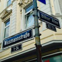 Straßennamen die von Kolonialismus, Kaiserreich und Pickelhauben künden.