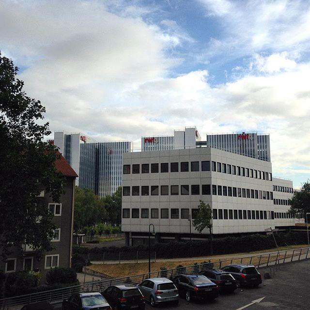 In Prinzip ist es doch unnötig neue Bürokomplexe zu planen und zu bauen wenn zum Beispiel das ehemalige Verwaltungsgebäude von Siemens (Medienmeile ist 100 Meter entfernt) seit Jahren ungenutzt ist... Oder verstehe ich da etwas nicht?!