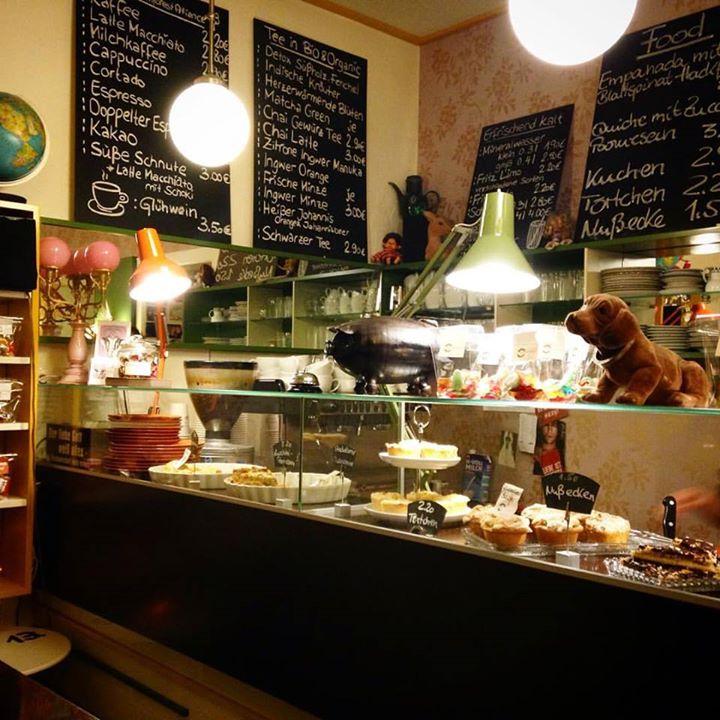 Cappuccino und dazu eine Nussecke – wirkt fast wie ein kurzer Urlaub