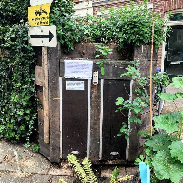 Kompost aus der Kiste an der nächsten Straßenecke