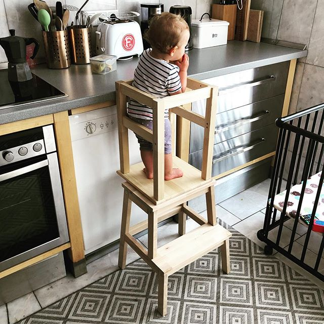 Projekte in der Elternzeit :-) Haben uns einen praktischen #diy LearningTower gebaut - aus zwei Hockern von IKEA (Kosten sind unter 25 Euro) ist dies auch schnell möglich. Für diesen #ikeahack gibt es auch zahlreiche Tutorials im Web - aber im Prinzip ist dies Foto schon selbsterklärend ;-) Man sollte sich nur ein paar Gedanken zu den versenkten Schrauben machen ...