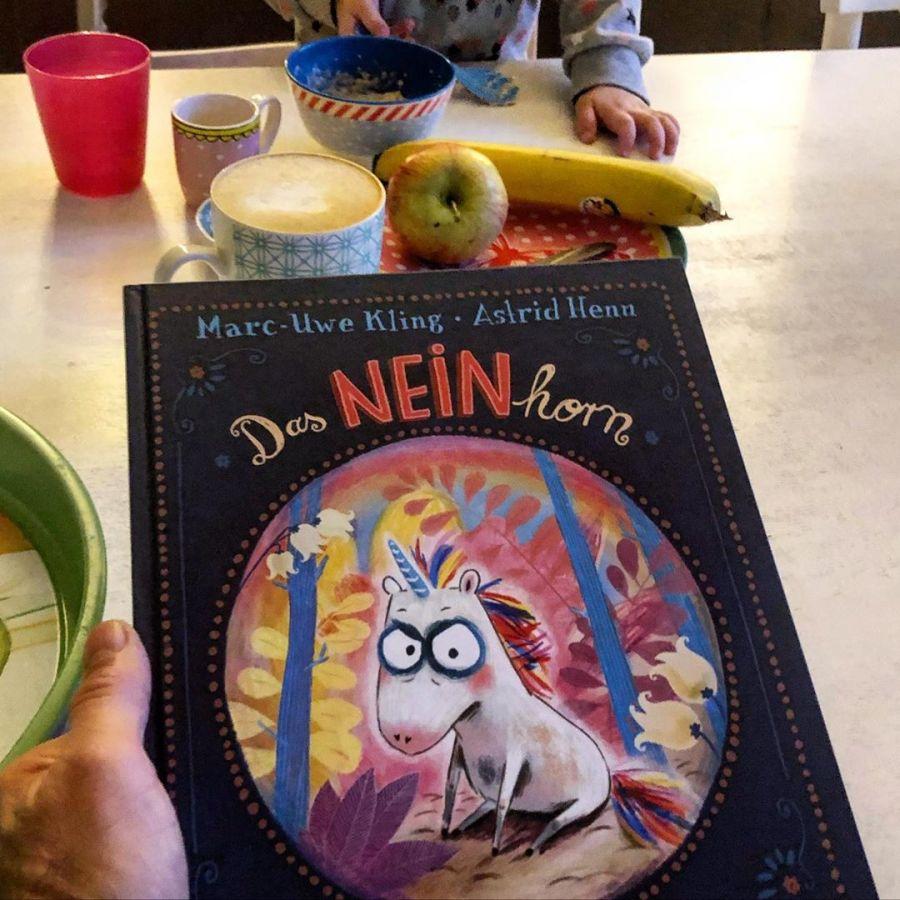 Freue mich gleich auf die gemeinsame Lesestunde mit meiner Tochter am Sonntagmorgen :-) Zugegeben 'Das Neinhorn' von Astrid Henn und MarcUwe Kling ist mehr eine Lektüre für uns Eltern… aber da wir schon viel öfter parallel lesen hab ich eine gute Chance :-) Naja, da ich immer abgefragt werde was mir vorgelesen und erklärt wurde – als wessen Fahrrad dort im Bild steht und welcher Becher zu wem gehört – werde ich noch kurz warten bis die Standard-Bilderbücher dran sind (so um 8:15 Uhr) denn die kann ich fast auswendig… Ps: Grüße an alle Eltern mit Morgenkaffee in der Hand