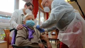 Almanya'da ilk Covid-19 aşısı 101 yaşındaki kişiye yapıldı
