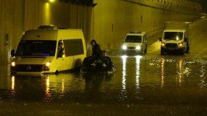 Antalya haberleri: Sağanak yağışla alt geçitler göle döndü: Vatandaşlar araçlarında mahsur kaldı
