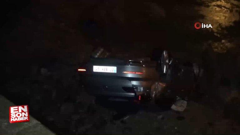 Antalya'da kontrolden çıkan araç, bariyerleri parçalayıp tepe üstü çakıldı