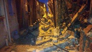 Ayvalık'ta sağanak yağışta tarihi bir ev yıkıldı, iki binanın çatısı çöktü