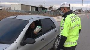 Bir garip olay! Maskesiz yakalanan sürücü polise maske uzattı