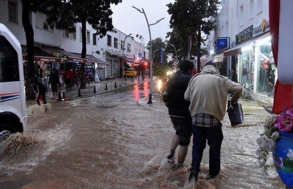 Bodrum'da sağanak yağışlar sele neden oldu