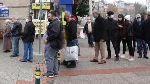 Bursa'da Milli Piyango bayileri önünde 100 milyonluk ikramiye kuyruğu