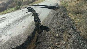 Dev yarıklar oluştu: Mahalleleri birbirine bağlayan yol, sağanakta çöktü