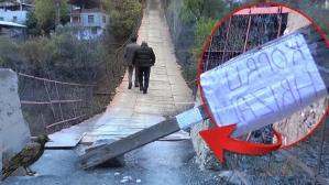 Halatları kopan ahşap köprüden tehlikeli geçiş!