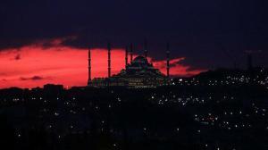 İstanbul'da gün doğumuyla birlikte gökyüzü kızıla boyandı
