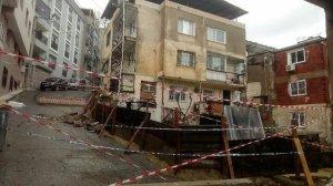 İzmir haberleri: Sağanak yağmurda yol çöktü, kayan bina tahliye edildi