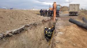 Kanalizasyon kazısında göçük! Toprağa saplanan işçi yaralandı