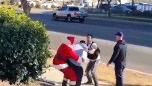 Noel Baba ve Elf kılığındaki polislerin hırsızlara müdahalesi