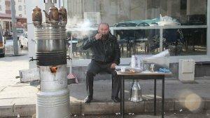 Pandemide sokağa kurduğu dev semaverle müşterilere paket çay servisi yapıyor