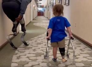 Paralimpik Atletin Protez Bacağı ile İlk Kez Yürüyen Çocuğa Destek Olduğu Anlar