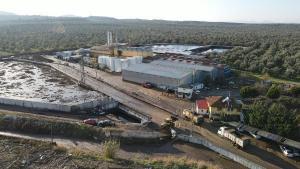 Pirina fabrikası depolama havuzunun duvarı yıkıldı, tonlarca atık çevreye yayıldı