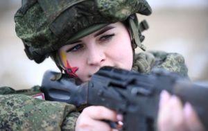Rus kadın askerler profesyonelliklerini yarıştırdı