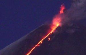 Rusya'daki yanardağın lavları 1 buçuk kilometreye yayıldı