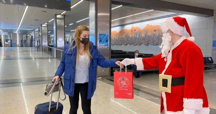 Sabiha Gökçen'de yolculara yılbaşı hediyesi