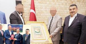 Sahtekâr Başkan Yakalandı: Belediye Başkanı ve Bürokratlarla Çektirdiği Fotoğraflarla Onlarca Kişiyi Dolandırmış