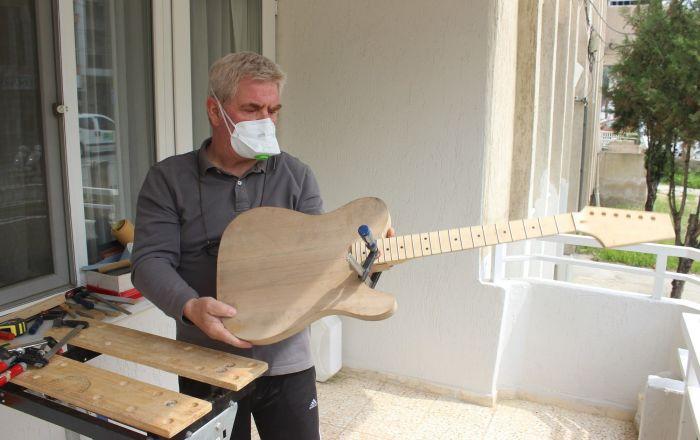 Salgına karşı evde kalıp gitar yapmaya başladı: 'Korona' ismini verecek