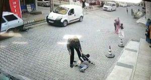 Şanlıurfa'da bir çocuğu yere vurarak döven adam gözaltına alındı