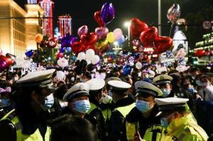 Tüm Dünya Evde, Onlar Sokakta: Koronavirüsün Çıktığı Vuhan'da Yeni Yıl Kutlamaları