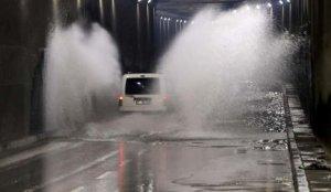 Adana'da şiddetli yağıştan yol çöktü, altgeçitleri su bastı