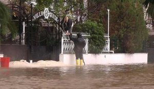 Antalya'yı yağış vurdu! Sokaklar trafiğe kapatıldı