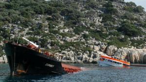 Batan dev gemi denizden parçalanarak çıkarılıyor