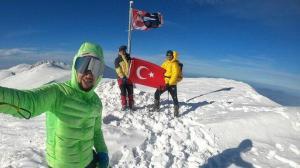 Bayrak aşkına 2 bin 543 metre tırmandılar