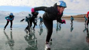 Çıldır Gölü'nde buz pateni keyfi: Sporcular antrenman yaptı