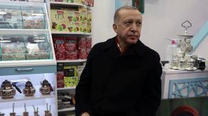 Cumhurbaşkanı Erdoğan kafeye uğradı, esnafı ziyaret etti