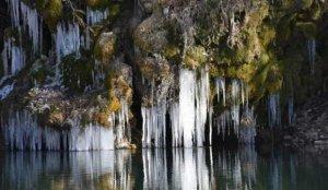 Eksi 17 dereceyi gören Şırnak'ta, şelaleler dondu