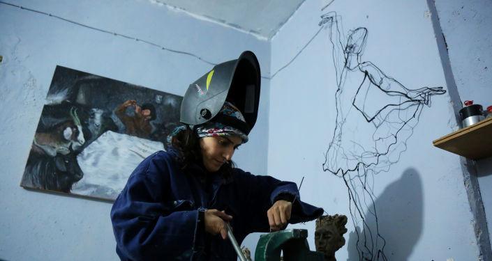 İnşaat telleri genç öğretmenin elinde sanata dönüşüyor