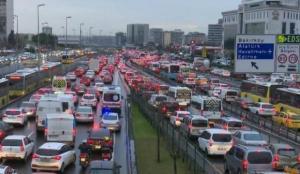 İstanbul'da akşam iş çıkış saatlerinde trafik yoğunluğu