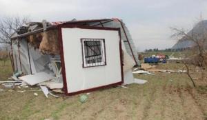 Konteyner ev fırtına yüzünden 30 metre savruldu, içindeki 5 kişi yaralandı
