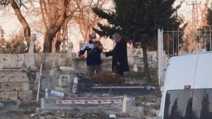 Mezarlıkta İlginç Olay: Önce Dua Etti Sonra Kemancı Çaldırdı